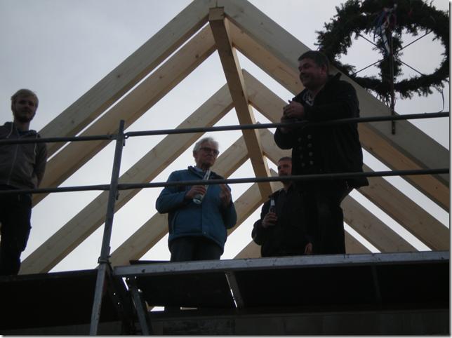 Richtkranz ziert die Spitze des neu errichteten Dachstuhls